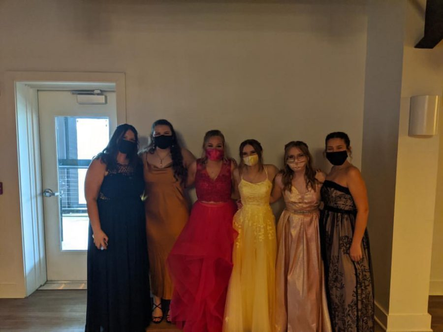 Group+of+friends+getting+together+before+Prom+starts.